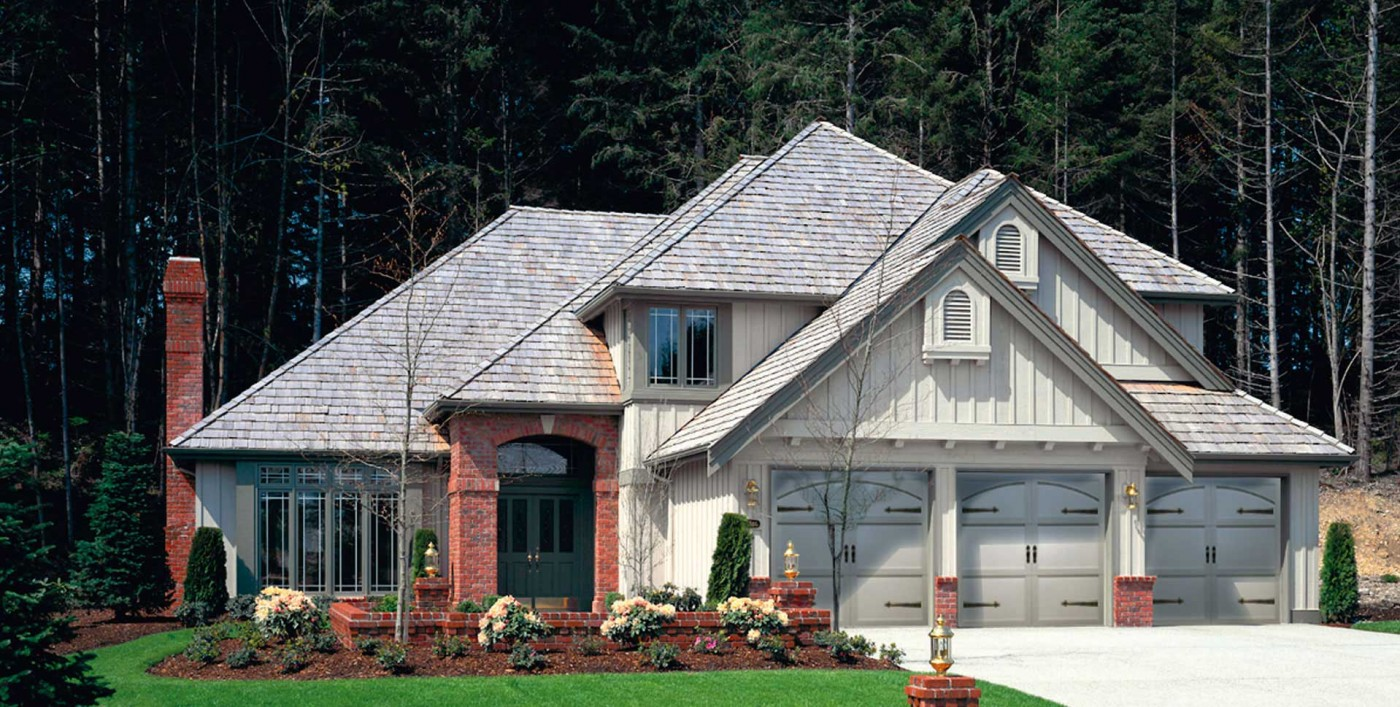 Residential home with 3 garage doors